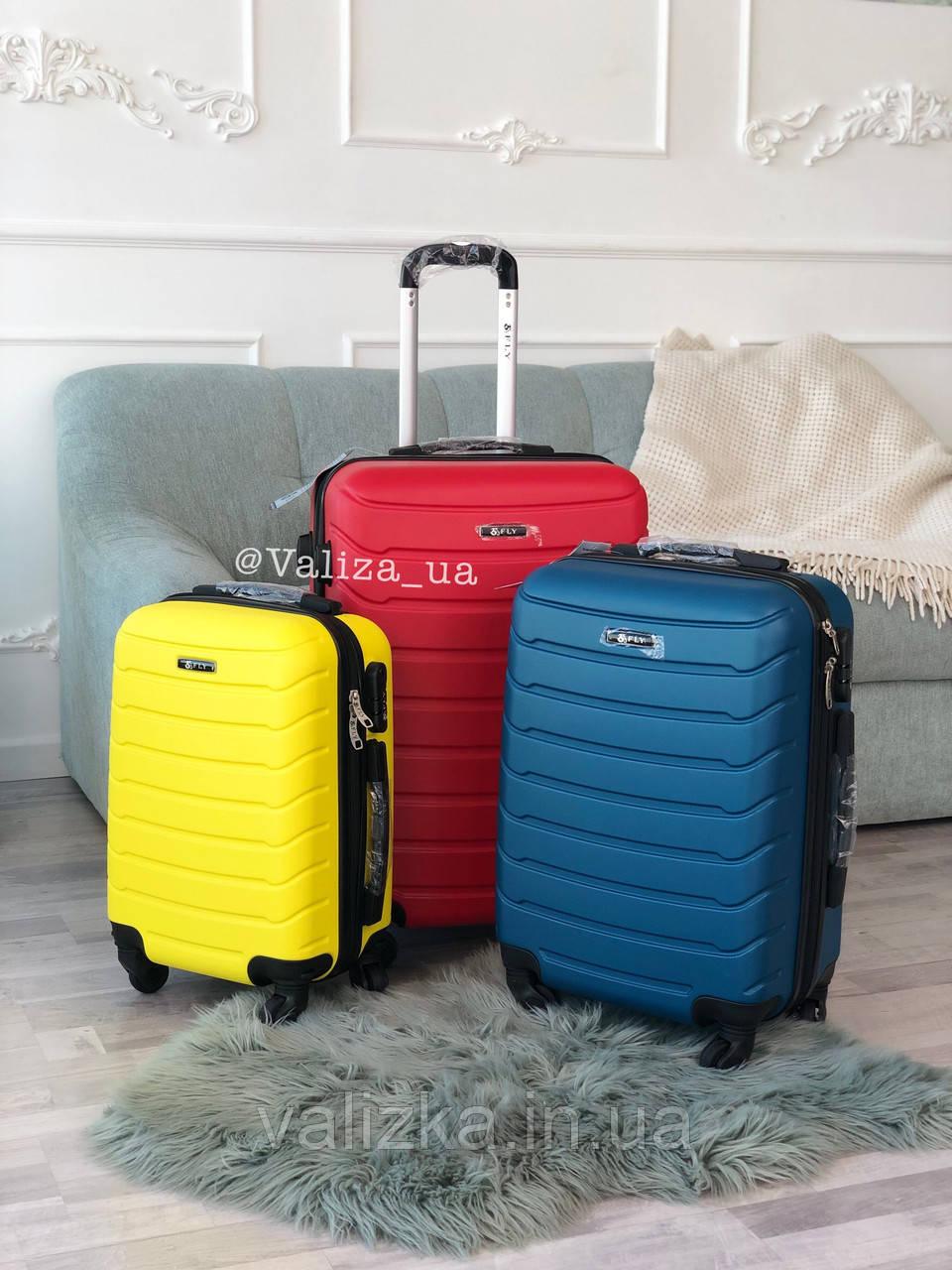 Пластиковый чемодан маленький желтый  для ручной клади
