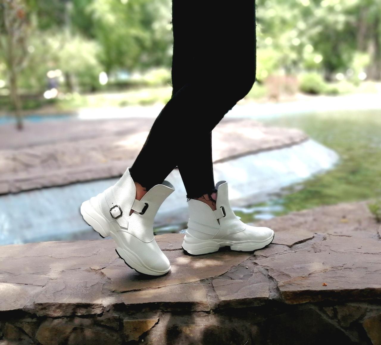 Белые кожаные ботинки от производителя