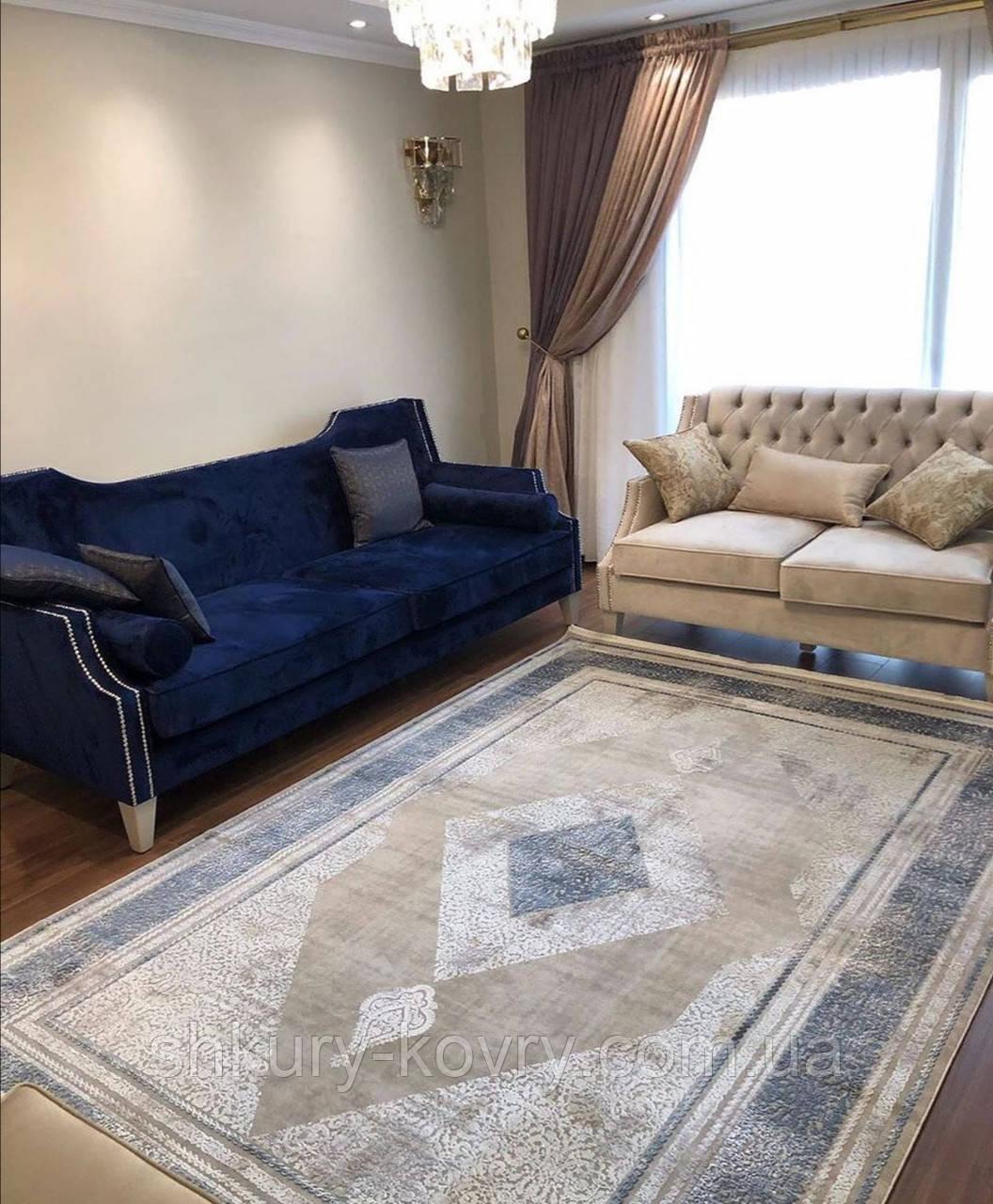 Строгий классический плотный шелковый ковер с синим рисунком и бежевым фоном
