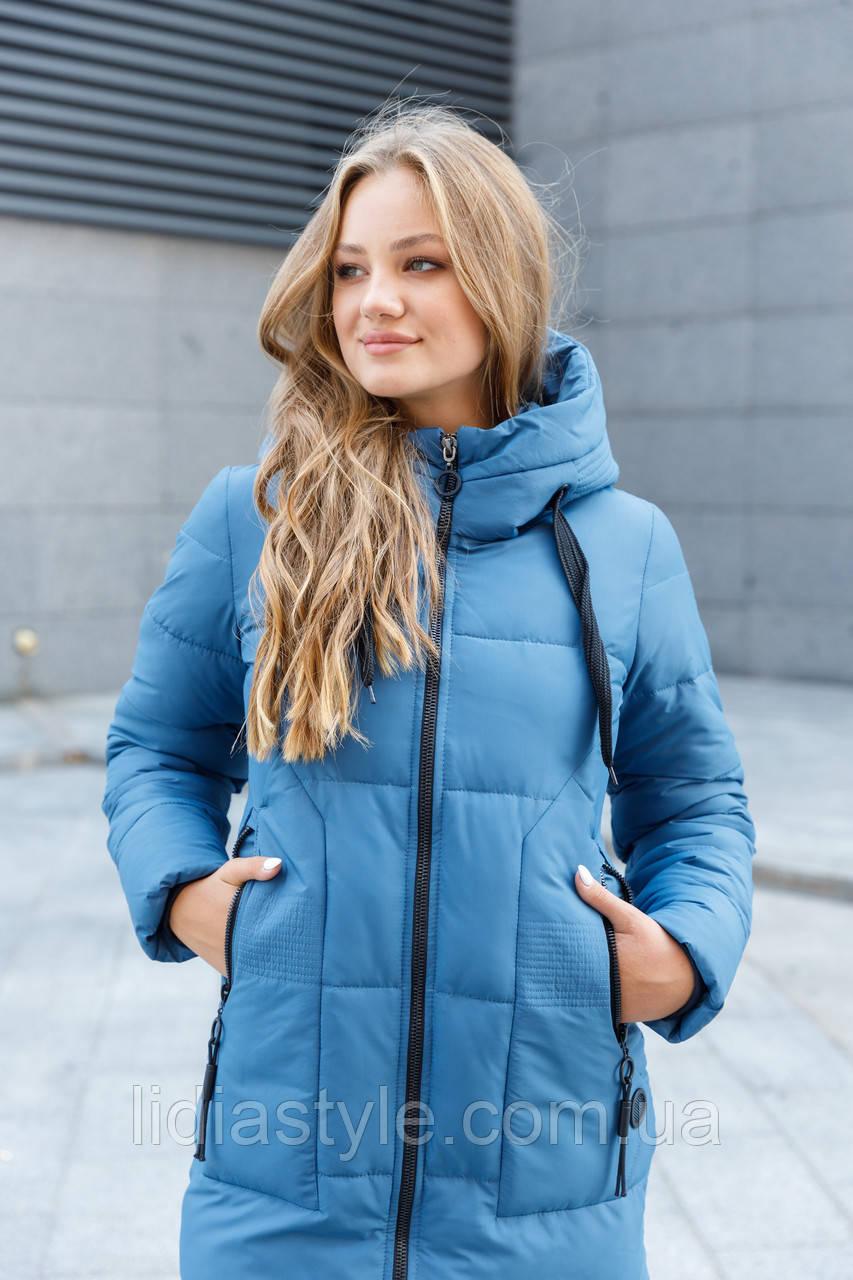 Женский пуховик средней длины с накладными карманами голубого цвета