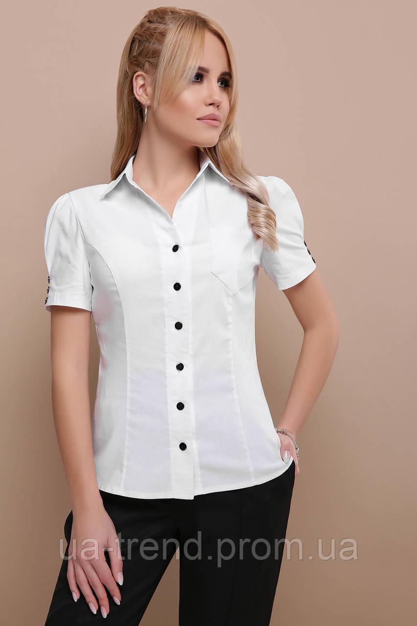 Белая блузка с черными пуговицами