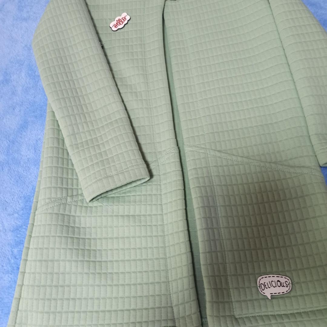 Кардиган стеганый для девочки на пуговице с карманами.