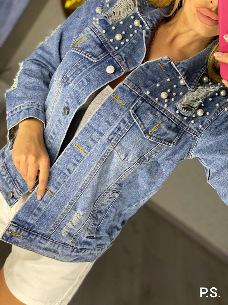 Крутая джинсовая куртка карманам и потертостями