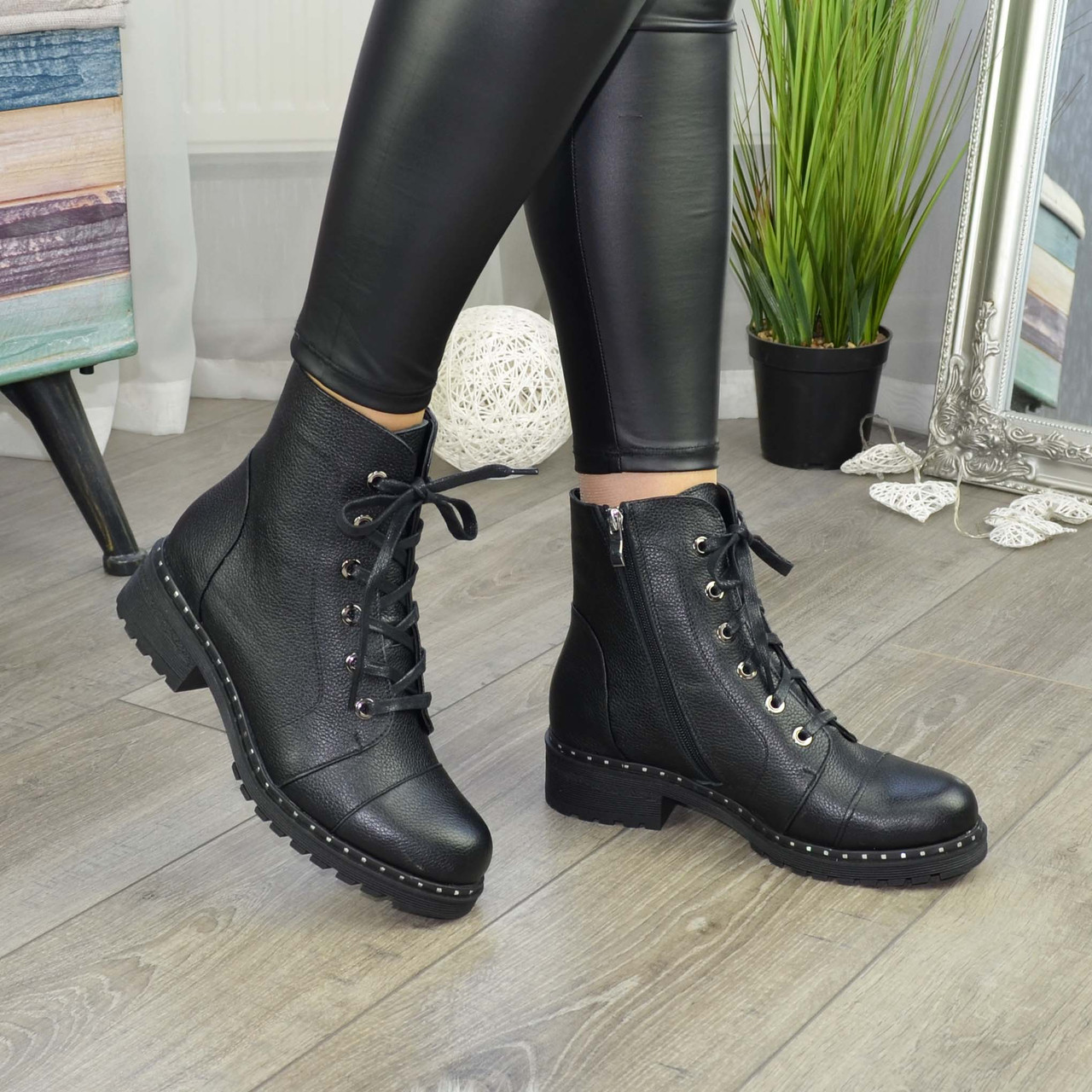 Ботинки женские на невысоком устойчивом каблуке. Цвет черный
