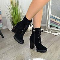 Ботинки женские замшевые на высоком устойчивом каблуке. Цвет черный