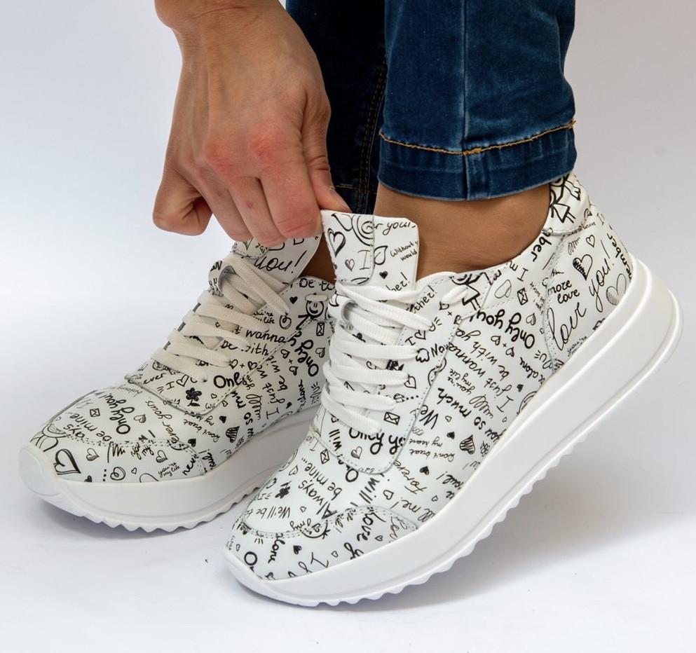 Love! женские кожаные белые кроссовки на высокой подошве с росписью