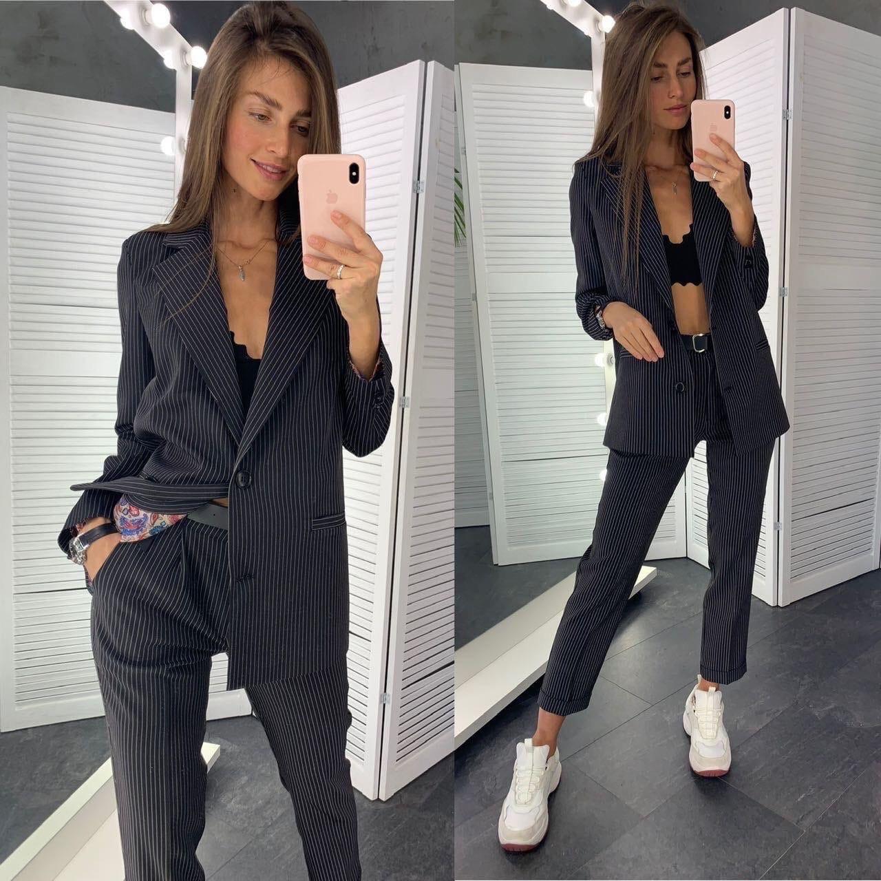 Классический женский брючный костюм с зауженными штанами и пиджаком 83101104
