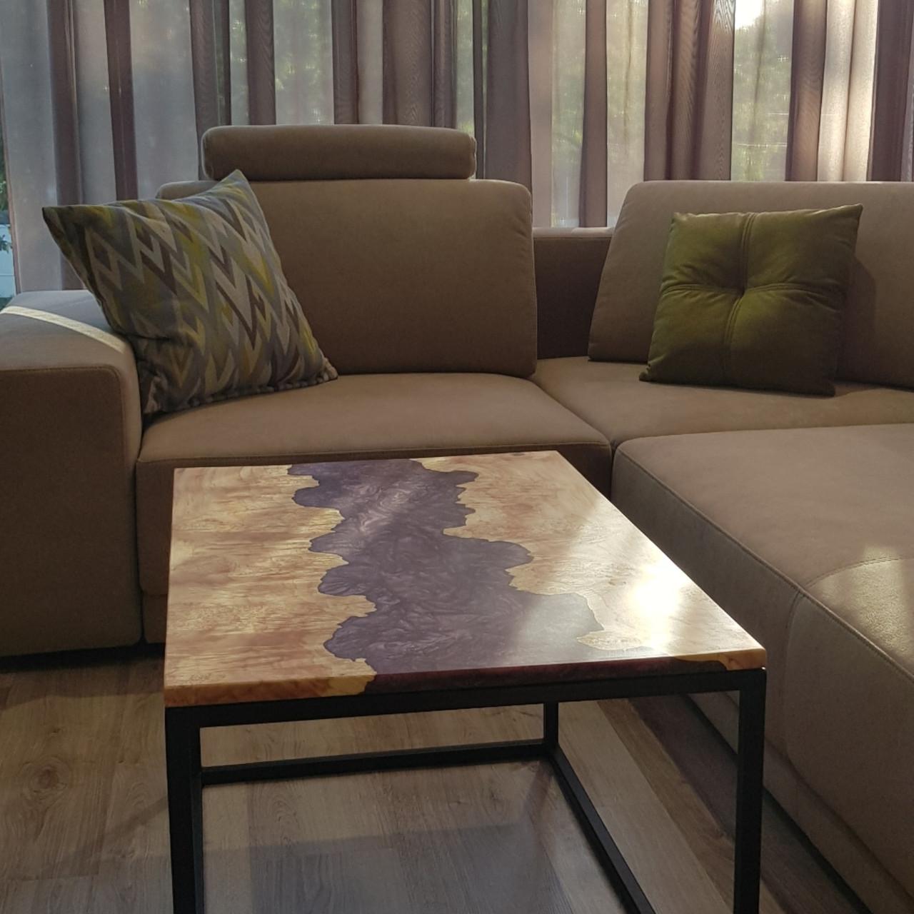 Журнальный стол из канадского  клёна эпоксдной смолы сиреневый перламут. Размер 827×560×20 мм. Высота 47 см