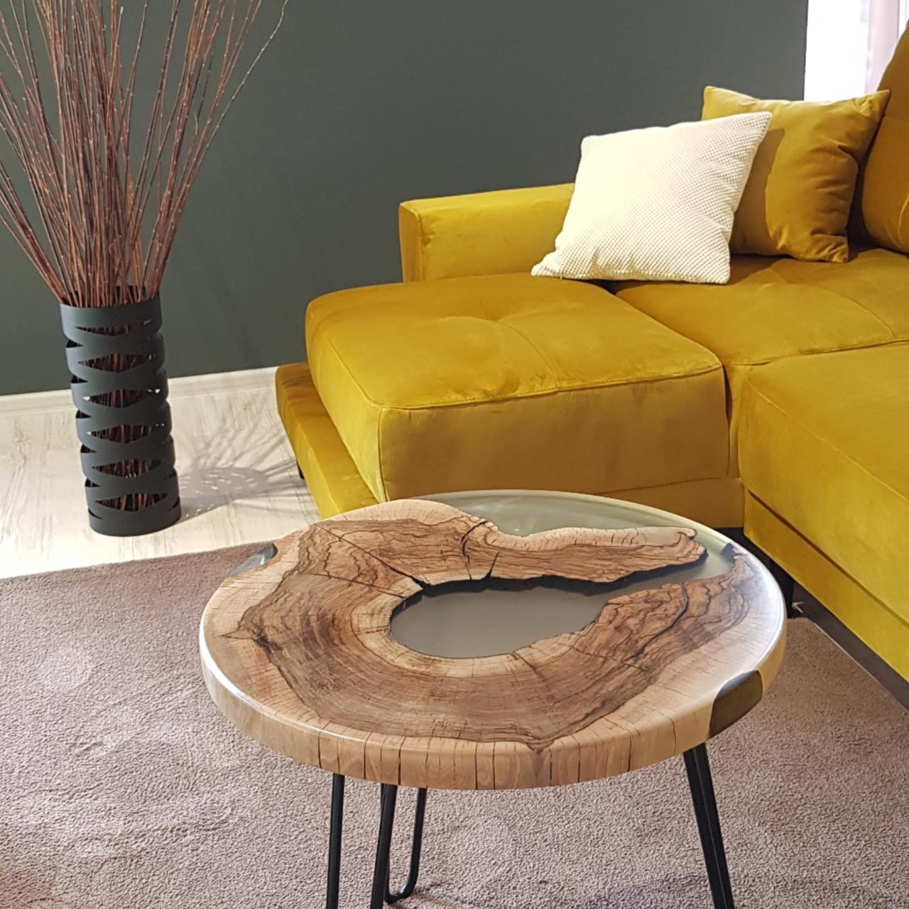 Журнальный  круглый стол с массива грецкого  ореха и прозрачной эпоксдной смолой Диаметр - 60 см