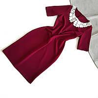 Силуэтное элегантное бордовое платье с белым воротником