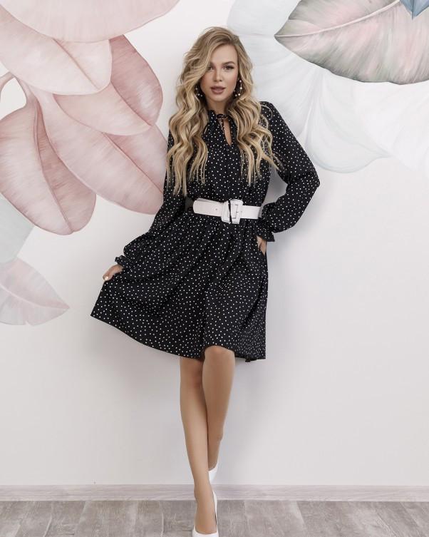 Черное в горошек платье с рюшами