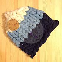 Разноцветная шапка без отврота из толстой пряжи