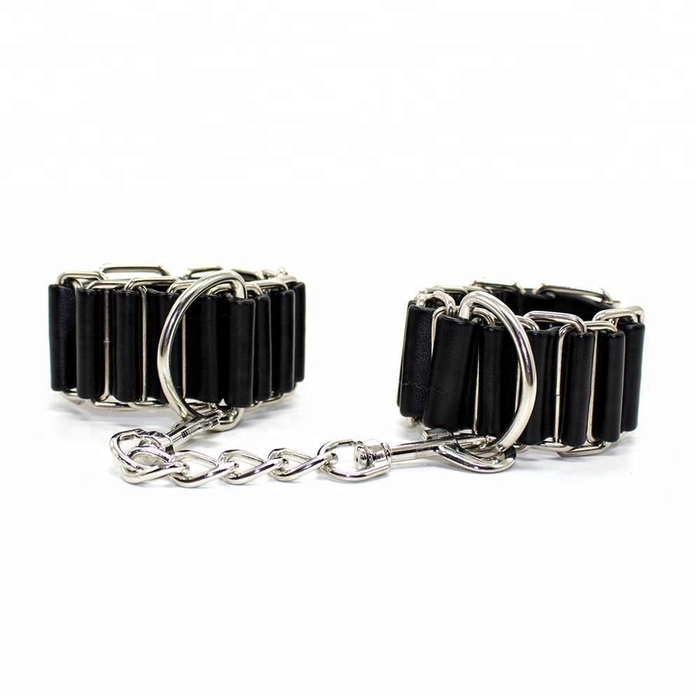 Кожаные наручники со стальными кольцами