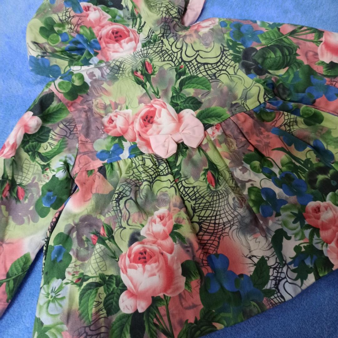 Пальто модное для девочки демисезонное на замке с капюшоном.