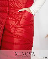 Длинная женская жилетка на синтепоне с капюшоном цвет красный, больших размеров от 48 по 66, фото 2