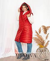 Длинная женская жилетка на синтепоне с капюшоном цвет красный, больших размеров от 48 по 66, фото 3
