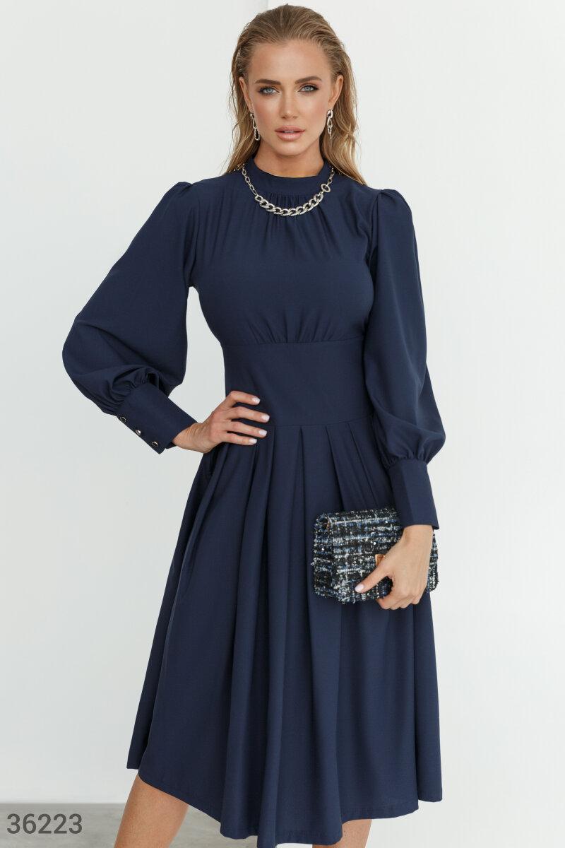 Сдержанное платье миди с объемными рукавами