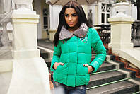Модная женская куртка с карманами впереди украшена камнями плащевка