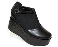 Женские туфли закрытые на танкетке черного цвета