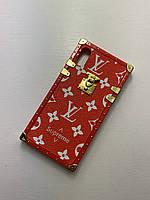 Чехол на Айфон Iphone 7/8/SE2020 красный с принтом бренда Louis Vuitton LV Луи Виттон Monogram чемодан