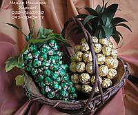 Подарочная корзина. Ананас и виноград из конфет. Подарок директору.