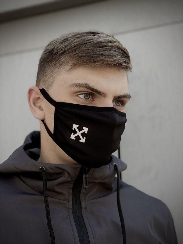Тканевая маска с брендовым логотипом. Цвет: черный