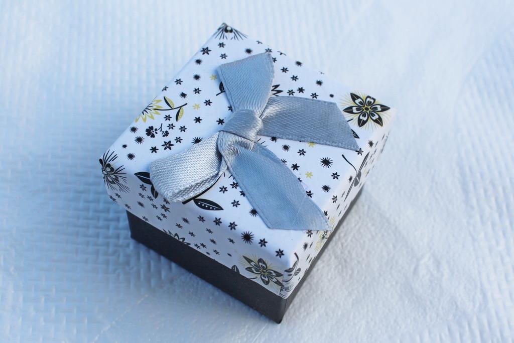 Подарочная коробочка для кольца или сережек 5*5*4