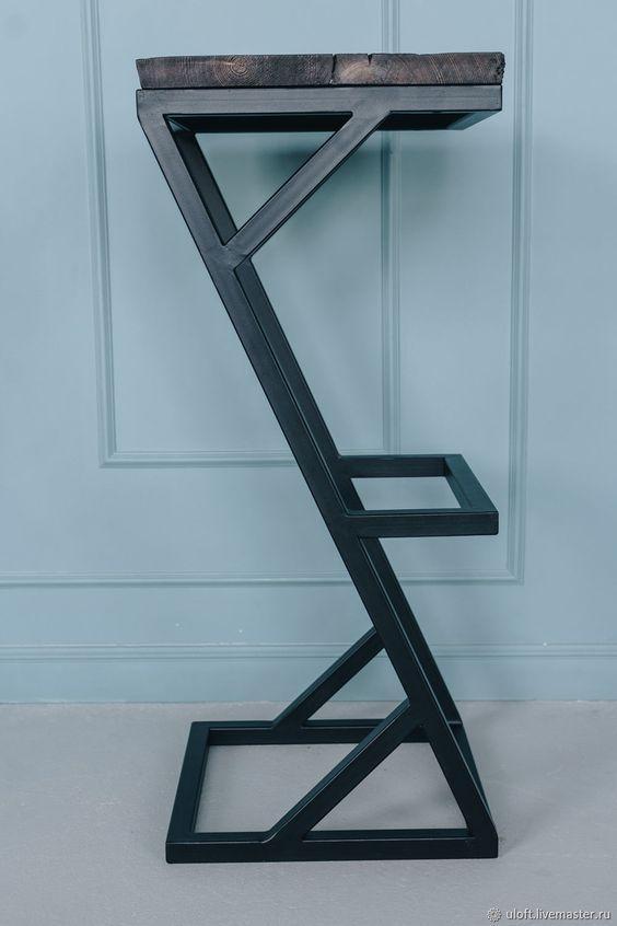 Барные черные стулья из металла и дерева с подножкой