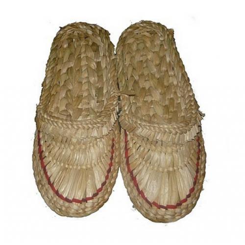Плетеные лапти из аира болотного