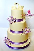 Свадебный торт в лиловом цвете с лебедями, фото 1