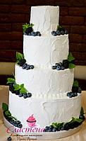 Кремовый свадебный торт с ягодным декором