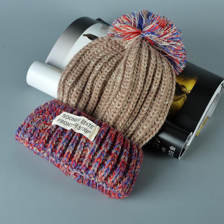 Стильна яскрава в'язана шапка вязаная