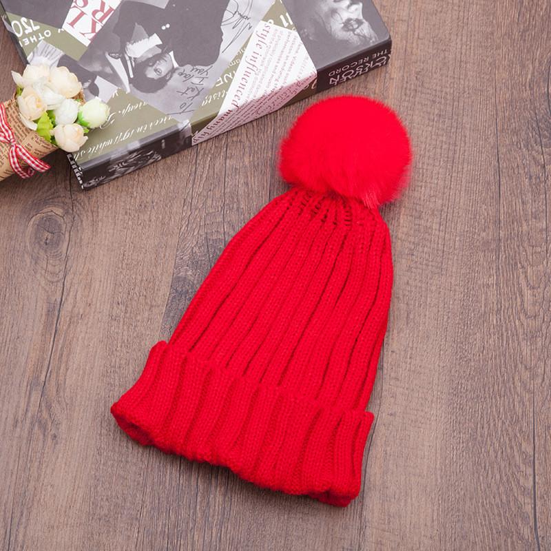 Яскрава в'язана шапка з помпоном вязаная шапка