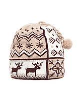Детская бежевая оригинальная вязанная шапочка с бумбоном.