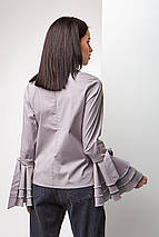 Женская Серая хлопковая блуза с высоким воротником и рюшами на длинных рукавах, фото 3