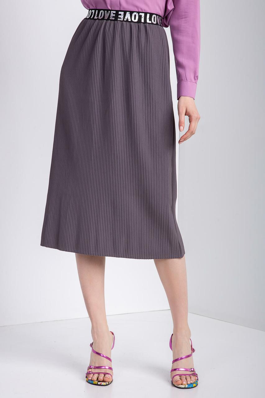 Прямая трикотажная юбка с мелкой плиссировкой и мягким поясом длиной чуть ниже колена