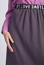 Прямая трикотажная юбка с мелкой плиссировкой и мягким поясом длиной чуть ниже колена, фото 2