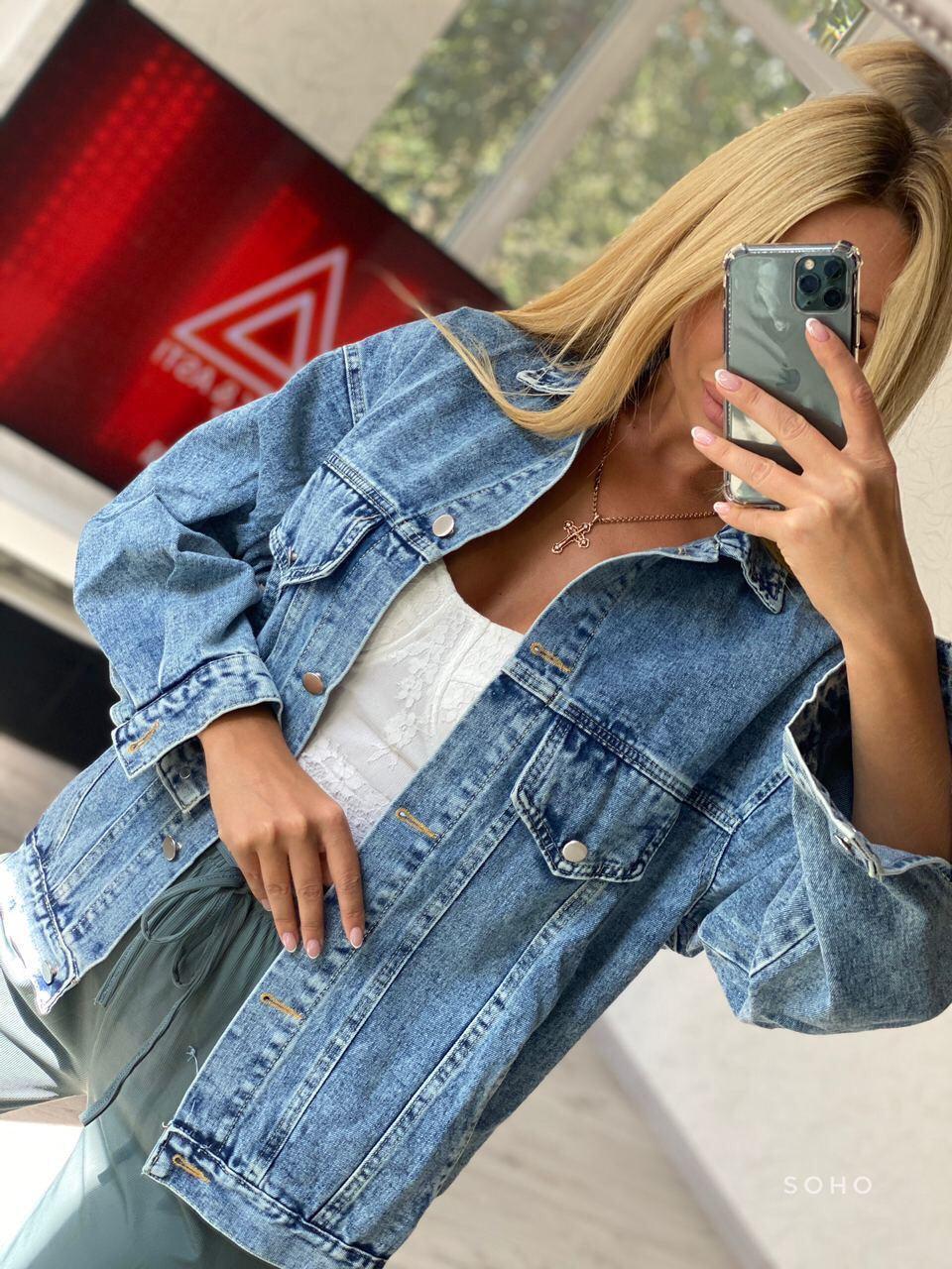 Женская джинсовая куртка с карманами на осень