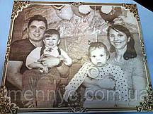 Семейный портрет в рамке на дереве