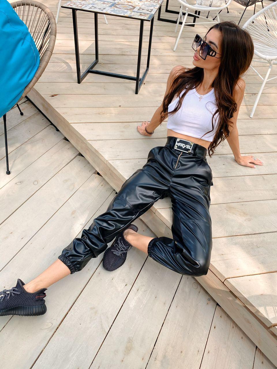 Женские черные кожаные штаны джоггеры со светоотражающей вставкой р. S и М 7112519