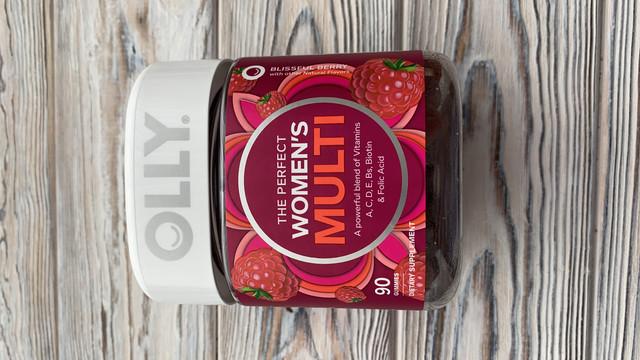 OLLY The Perfect Womens Gummy Multivitamin, 45-дневный запас (90 жевательных таблеток), блаженная ягода, витамины A, D, C, E, биотин, фолиевая кислота, жевательная добавка