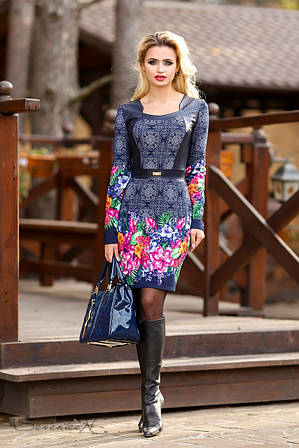 Стильное платье с ярким принтом