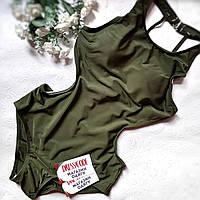 Зеленый сдельный купальник с ассиметричными шлейками на спине