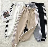Спортивні штани з кишенями і лампасами