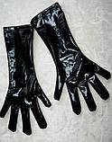 Виниловый черный костюм с перчатками и пикантным разрезом, фото 9