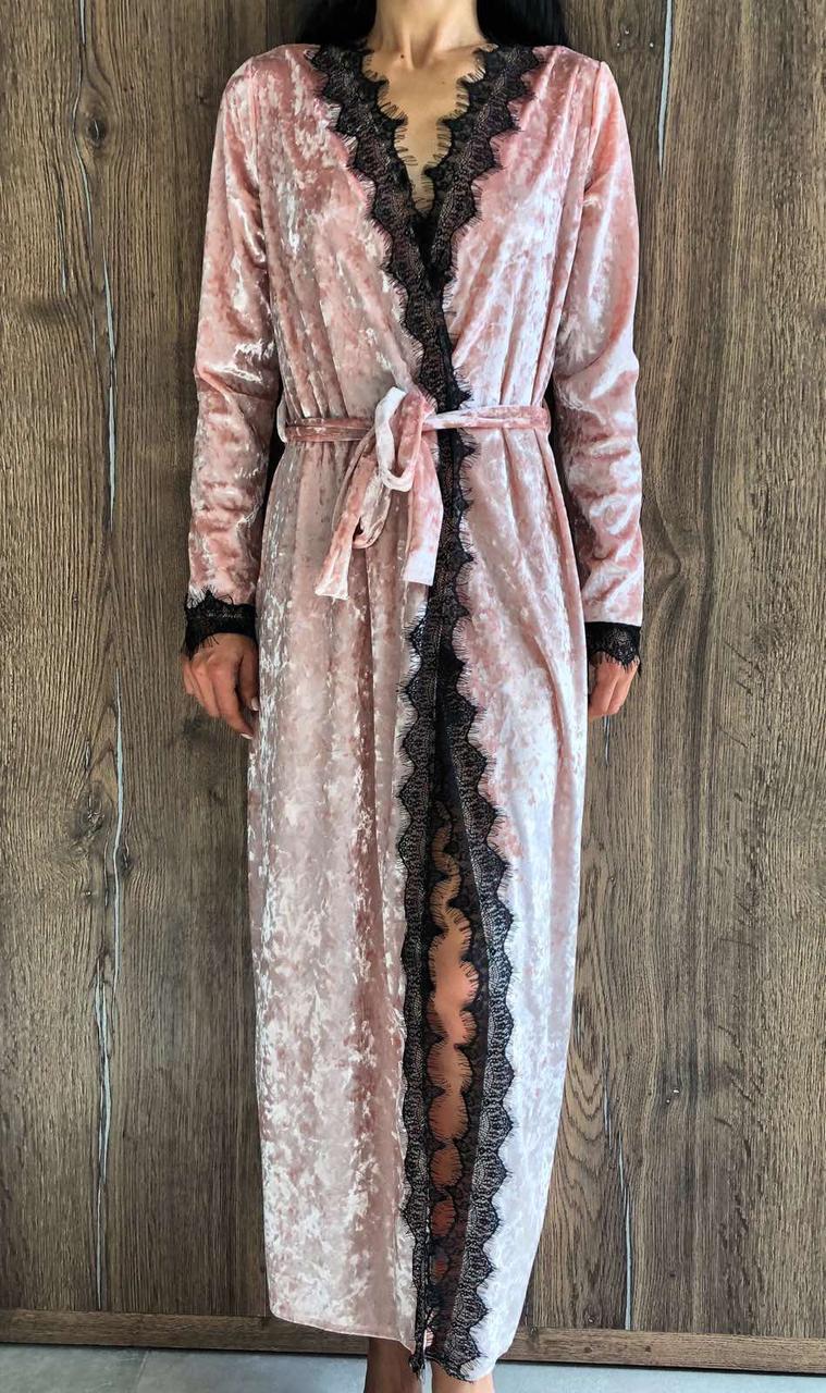 Длинный велюровый халат с кружевом цвет персик.