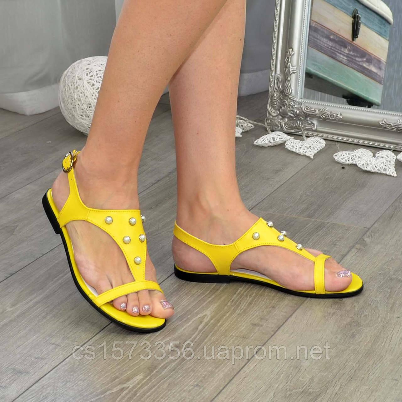 Стильные женские босоножки из натуральной желтой кожи декорированы бусинами.