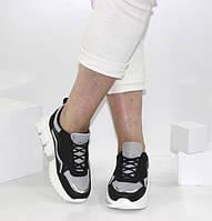 Женские кроссовки на декорированной подошве черно-белого цвета