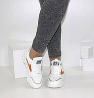 Женские кроссовки белого цвета с красными вставками