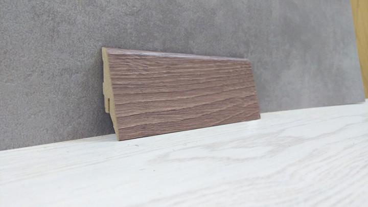 Косой плинтус МДФ напольный под дерево Дуб Шамони темный 19*52*2800мм., серо-коричневый матовый